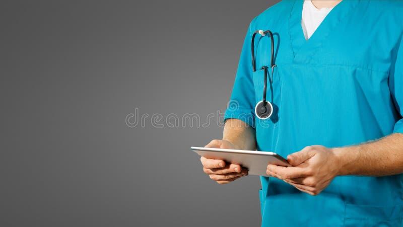 全球性医学和医疗保健的概念 医生拿着数字式片剂 诊断和现代技术在黑背景 图库摄影