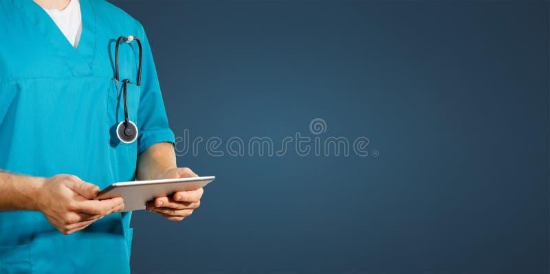 全球性医学和医疗保健的概念 医生拿着数字式片剂 诊断和现代技术蓝色 免版税库存图片