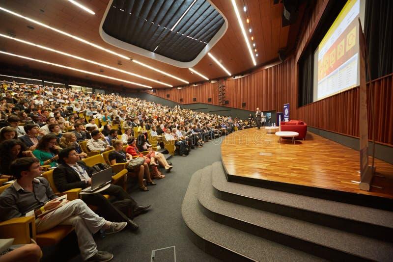 全球性青年时期多民族年轻观众对企业论坛的 库存照片