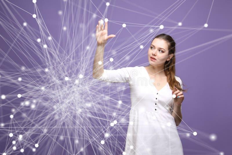 全球网络概念,妇女与未来派计算机接口一起使用 库存照片