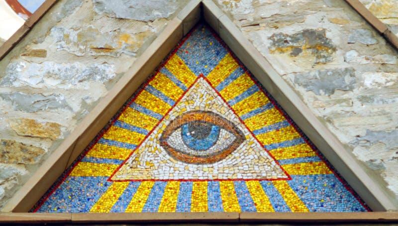 全看见上帝的眼睛-墙壁背景中世纪储马赛克  免版税库存照片