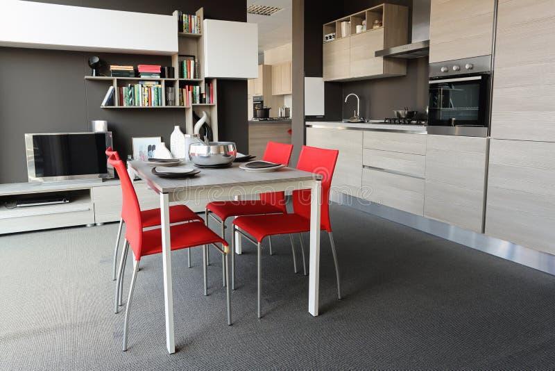 全视图一个现代厨房和餐厅 免版税库存照片