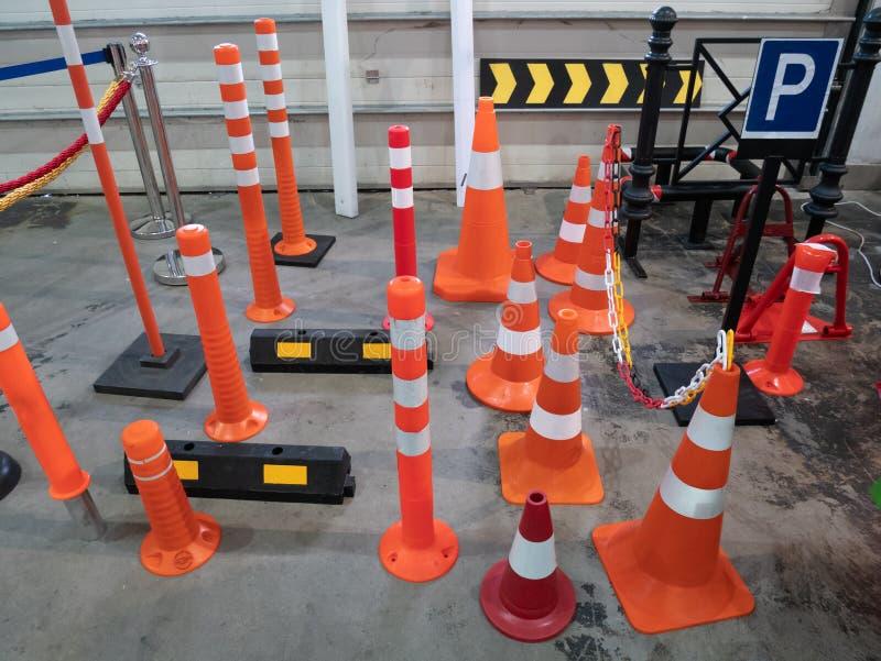全部停放的交通锥体和限制驾驶速度障碍在五金店 免版税库存图片