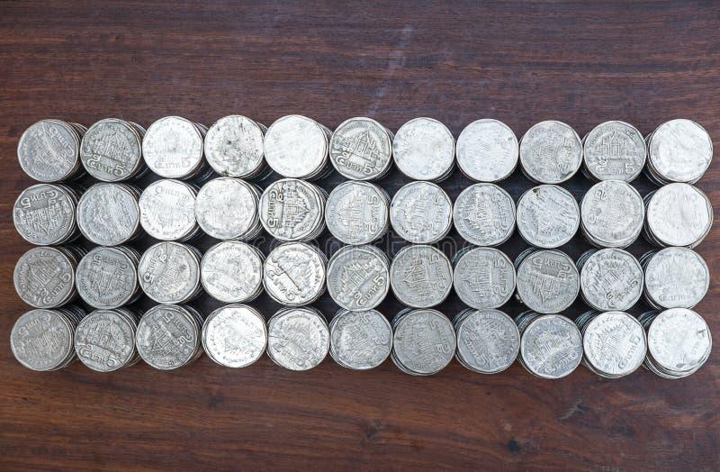 全部堆积在木书桌背景纹理的企划投资的硬币,金钱和挽救 图库摄影