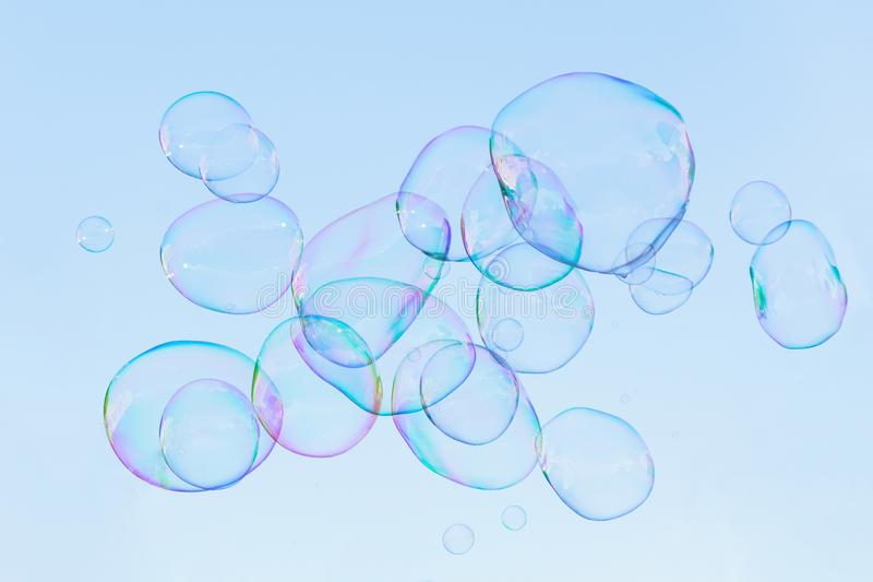 全部肥皂泡在天空飞行 免版税库存图片