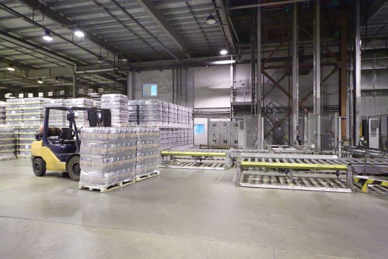 全部被包装的啤酒瓶在大仓库里 免版税库存图片