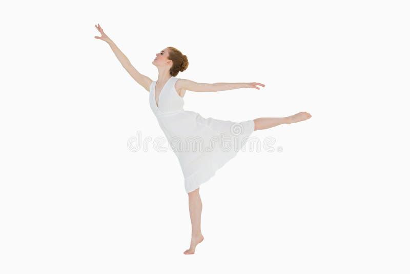 全长一位年轻美丽的女性舞蹈家 免版税库存图片