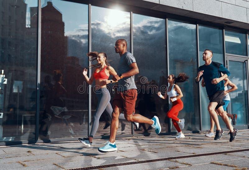 全长体育衣物的年轻人 免版税图库摄影