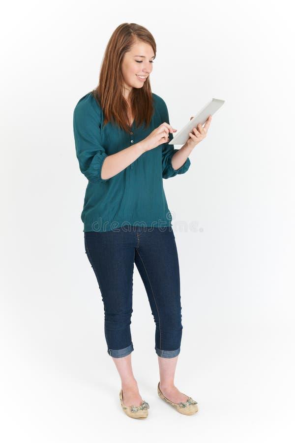 全长使用数字式片剂的被删去十几岁的女孩 库存图片