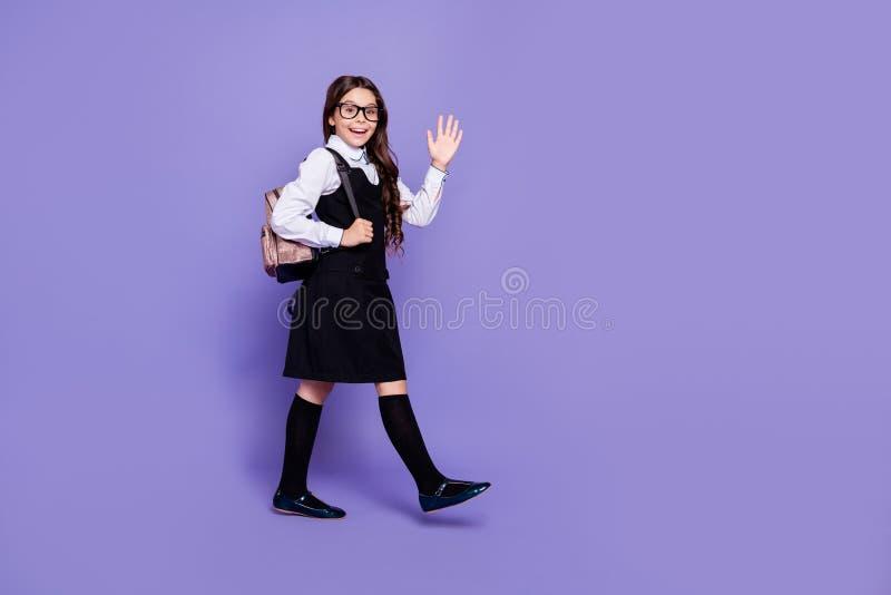 全长去好可爱的快乐的爽快有波浪头发的青春期前的女孩身体尺寸外形侧视图分类 库存照片