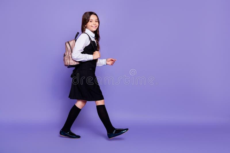 全长去的好可爱的可爱的快乐的爽快有波浪头发的青春期前的女孩身体尺寸外形侧视图  免版税库存图片