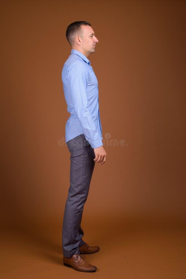 全长外形视图穿蓝色衬衣的被射击商人 免版税图库摄影