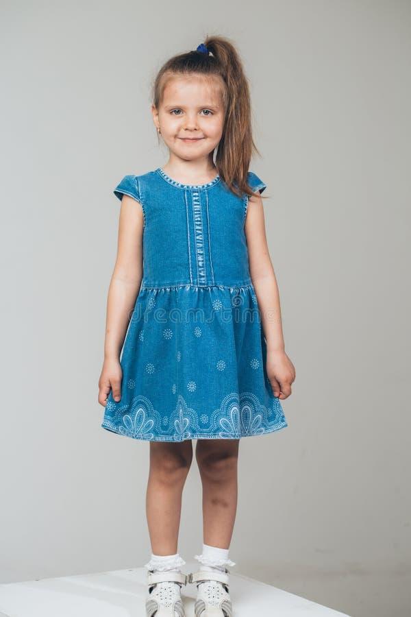 全长小的逗人喜爱的女孩的画象 免版税库存照片