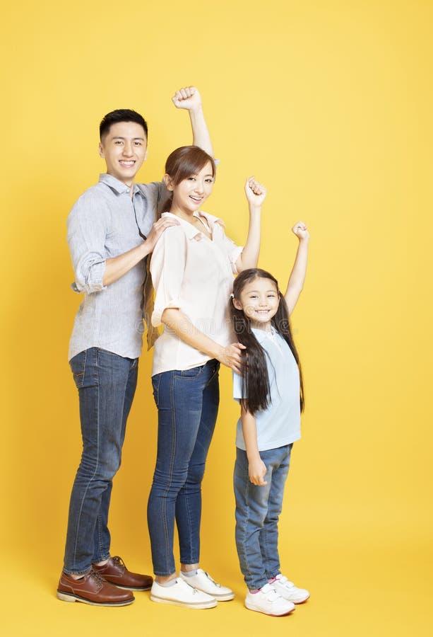 全长愉快的年轻家庭 免版税图库摄影