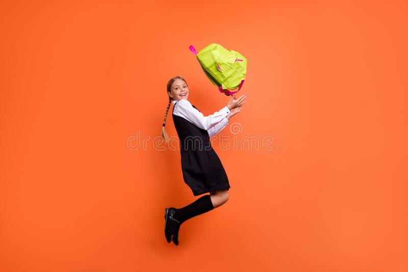 全长有好可爱的快乐的粗心大意的青春期前的女孩身体尺寸外形侧视图乐趣活跃行动 免版税库存照片