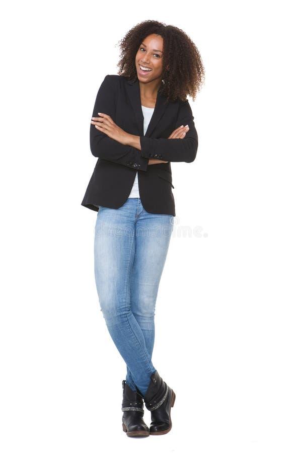 全长有横渡的胳膊的一名微笑的非裔美国人的妇女 库存图片