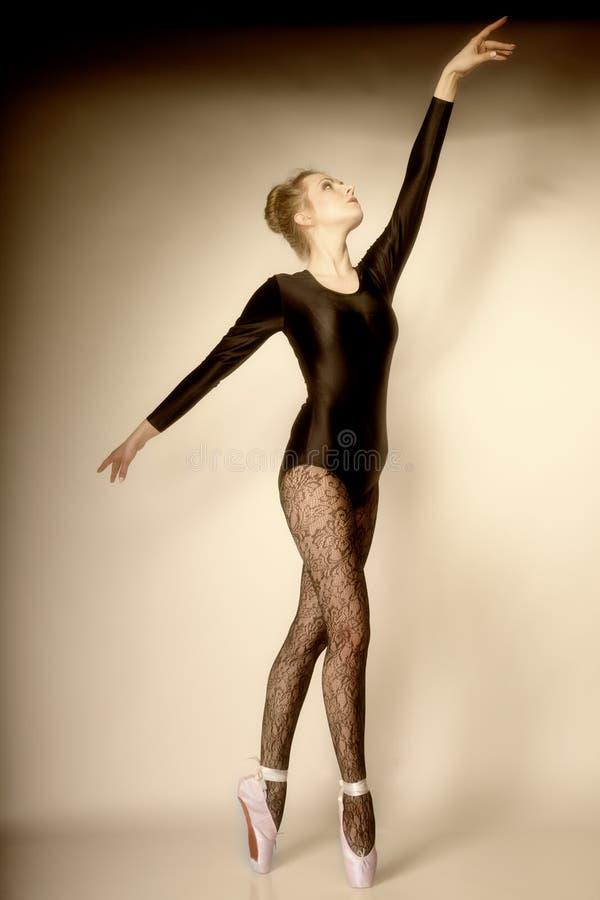 全长现代样式妇女的跳芭蕾舞者 免版税库存照片