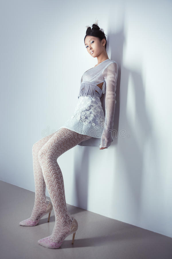 全长的未来派性感的年轻亚裔妇女 库存照片