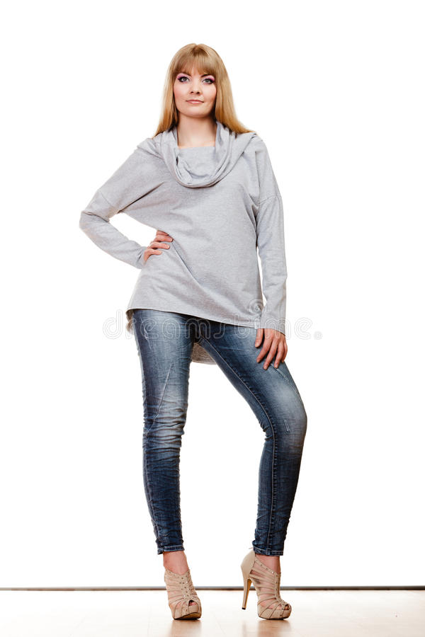 全长的白肤金发的时髦的女人 免版税库存照片