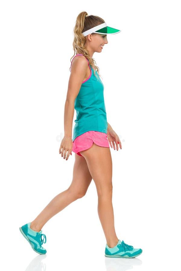 全长的遮阳帘的走的体育女孩 免版税库存图片
