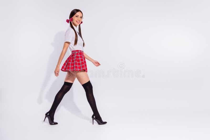 全长身体尺寸外形侧视图画象她她好的有吸引力的微小的适合稀薄的可爱的快乐的美满的女孩 免版税库存图片