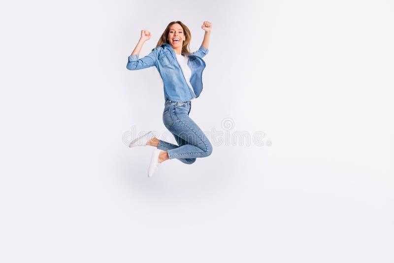 全长身体尺寸照片呼喊的好高兴有举拳头的乐趣质朴的滑稽的凉快的情感夫人被隔绝 免版税库存照片