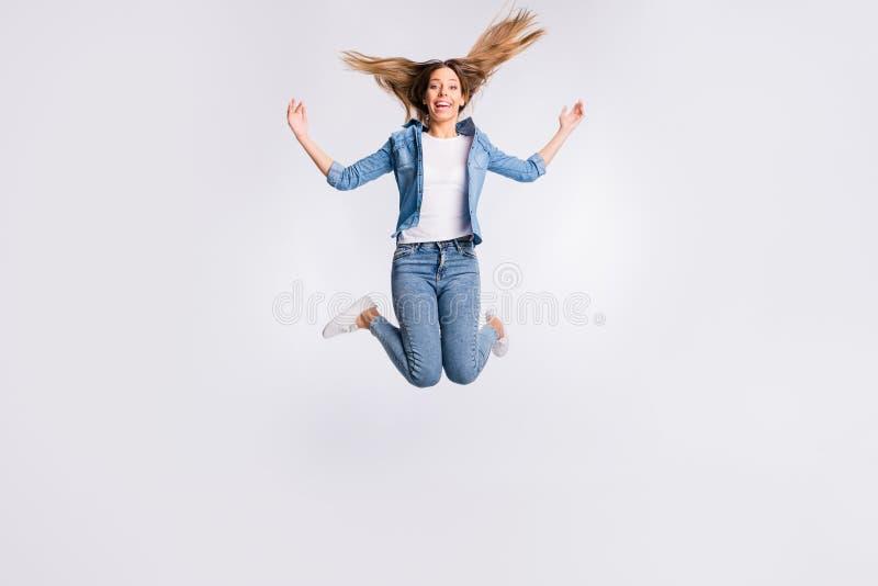 全长身体尺寸照片活跃精力充沛令人愉快与跳跃被隔绝的灰色的暴牙的放光的发光的微笑夫人 库存图片