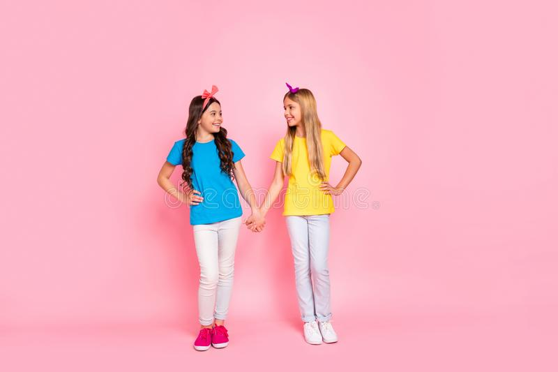 全长身体尺寸观点的两个好可爱的迷人的逗人喜爱的可爱的甜友好的快乐的爽快青春期前的女孩 免版税库存图片