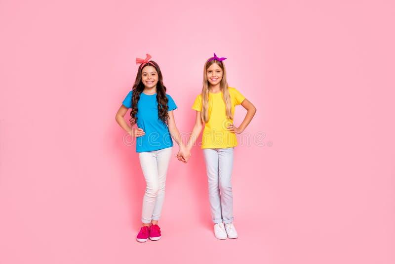 全长身体尺寸观点的两个nice-looking可爱的迷人的逗人喜爱的可爱的友好的快乐的爽快青春期前的女孩 库存图片