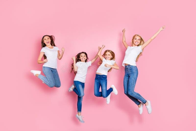 全长身体尺寸观点的四个好的有吸引力的可爱的微小的适合快乐的高兴的极度高兴的激动的长发女孩 图库摄影