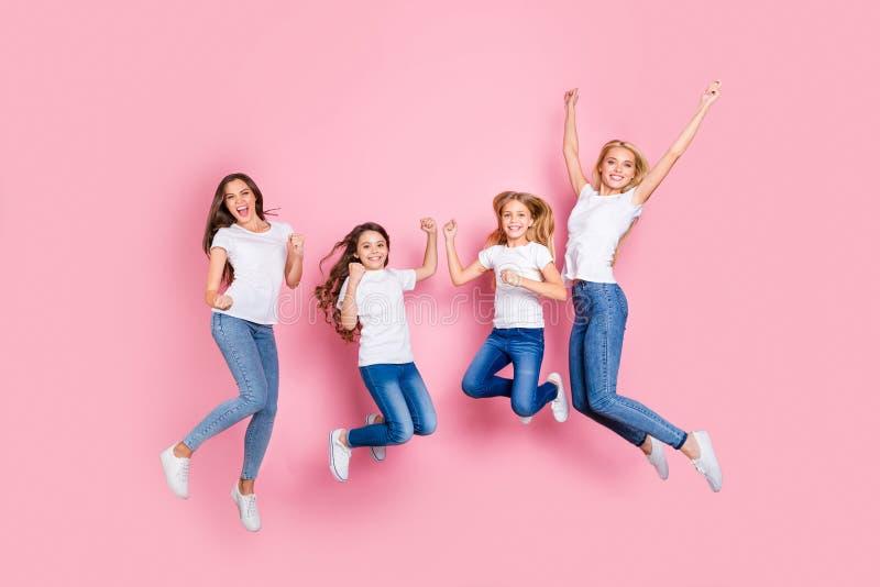 全长身体尺寸观点的四个好的有吸引力的时髦的微小的适合快乐的高兴的激动的极度高兴的长发女孩 库存图片