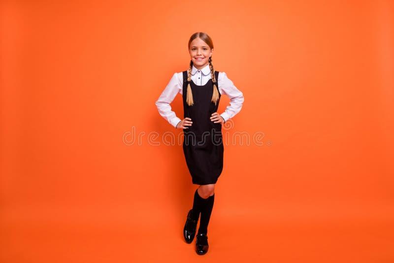 全长身体尺寸观点的她她享受首先去的好可爱的可爱的快乐的爽快美满的青春期前的女孩 免版税库存图片