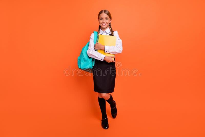 全长身体尺寸观点的她她好可爱的可爱的快乐的爽快确信的努力书呆子青春期前女孩去 免版税库存照片