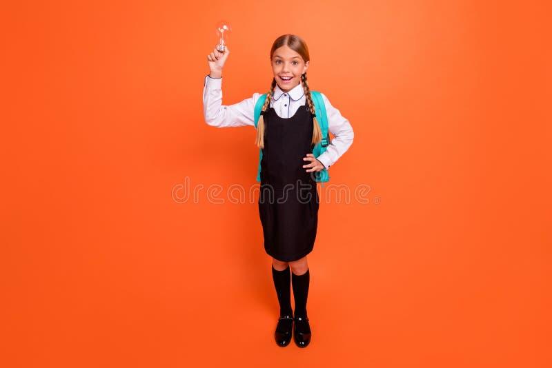 全长身体尺寸观点的她她好可爱的可爱的迷人的逗人喜爱的快乐的智力书呆子青春期前的女孩 免版税库存图片