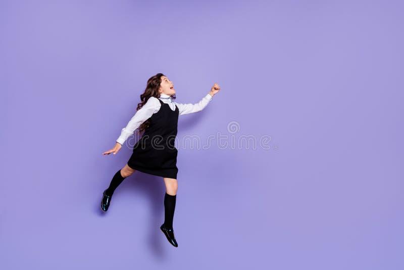 全长身体尺寸观点的好可爱的幼稚梦想的快乐的爽快高兴的激动的有波浪头发的青春期前的女孩 免版税库存图片
