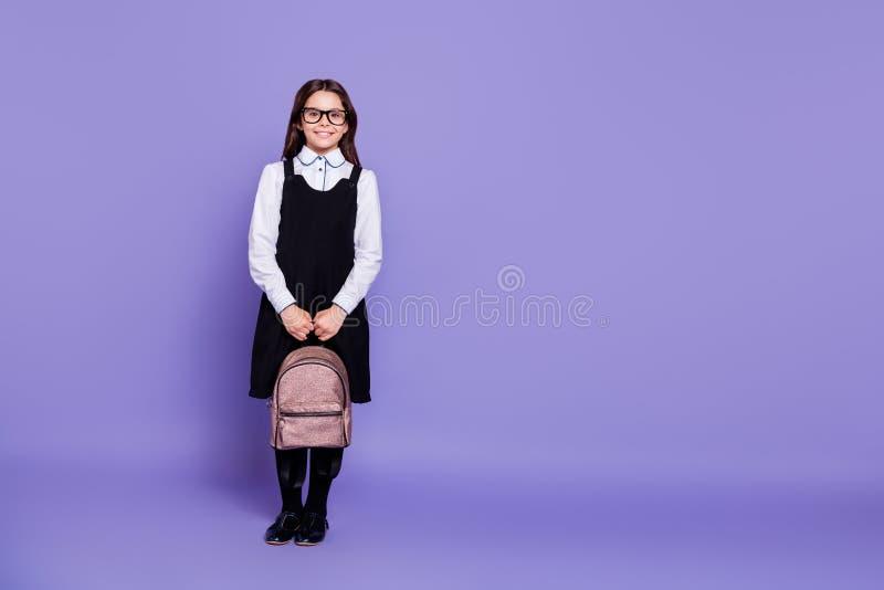 全长身体尺寸观点的好的有吸引力的快乐的准备好内容聪明的有波浪头发的青春期前的女孩把工作分类 库存图片