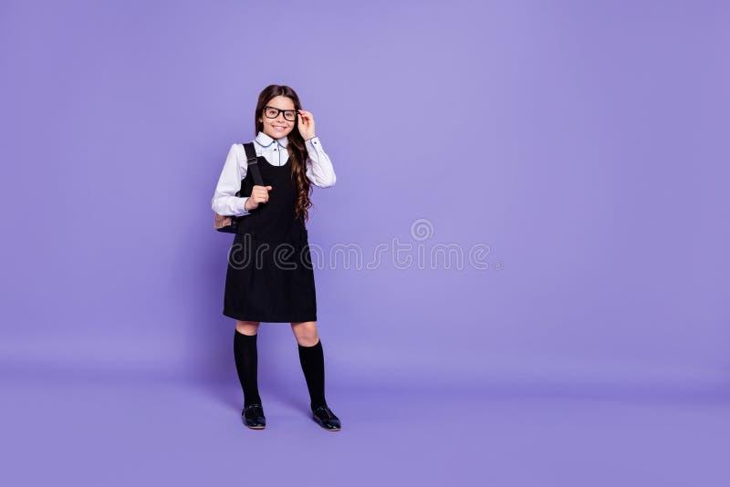 全长身体尺寸观点的好的有吸引力的快乐的爽快准备好内容有波浪头发的青春期前的女孩把工作分类 库存照片