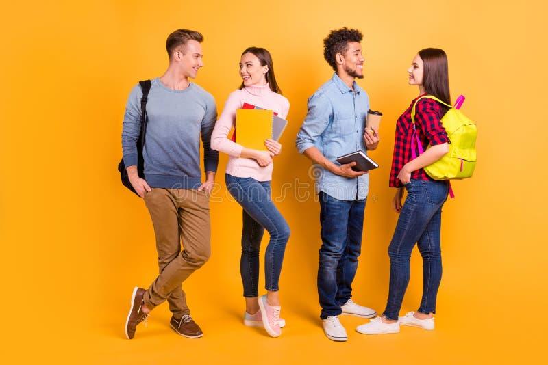全长身体尺寸视图nice-looking可爱的可爱的友好的快乐的公司伙计家伙交往的挥动 免版税图库摄影