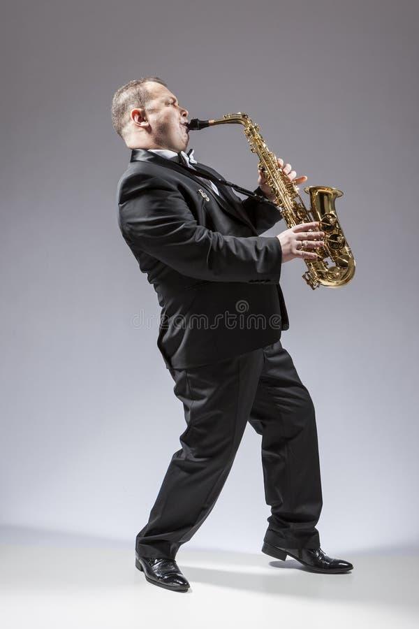 全长画象白种人成熟被集中的萨克管演奏员 图库摄影