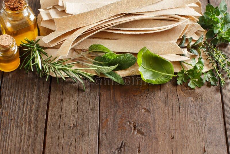 全麦工匠面团、橄榄油和草本 库存照片