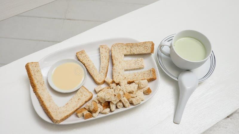 全麦面包服务用豆腐绿茶牛奶 免版税库存照片