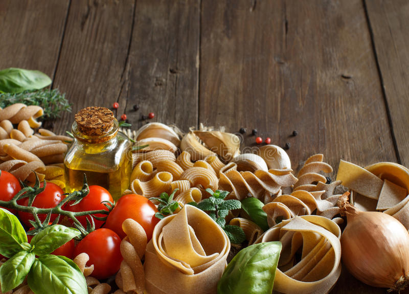 全麦面团、菜、草本和橄榄油在木ba 免版税库存图片
