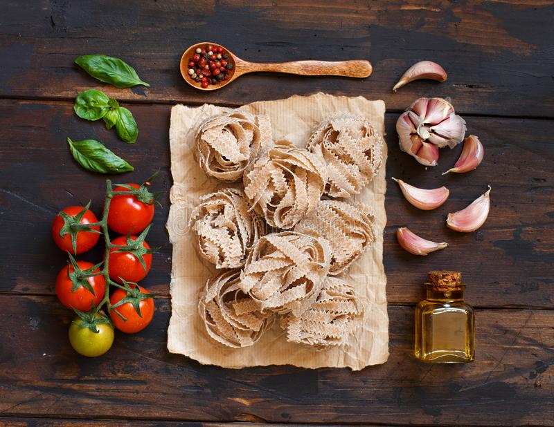 全麦面团tagliatelle、橄榄油、菜和草本 库存图片