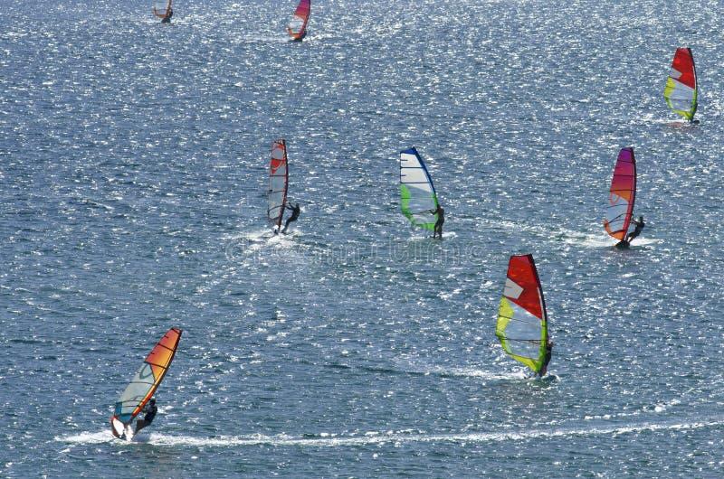 八位冲浪者乘美丽的地中海的精采波浪 库存图片