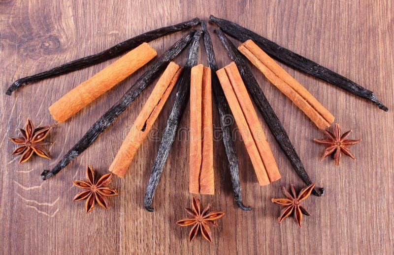 Download 八角、芬芳香草和桂香特写镜头在木表面板条 库存照片. 图片 包括有 工作室, annabelle, 香料 - 62531012