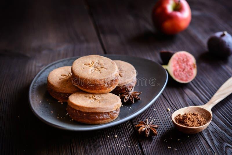 八角脆饼三明治用被磨碎的苹果和无花果混合物填装了 免版税库存图片