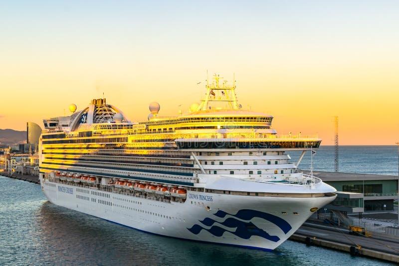 公主游轮靠码头在巴塞罗那巡航口岸终端在与W巴塞罗那旅馆的日落在背景中 免版税库存照片