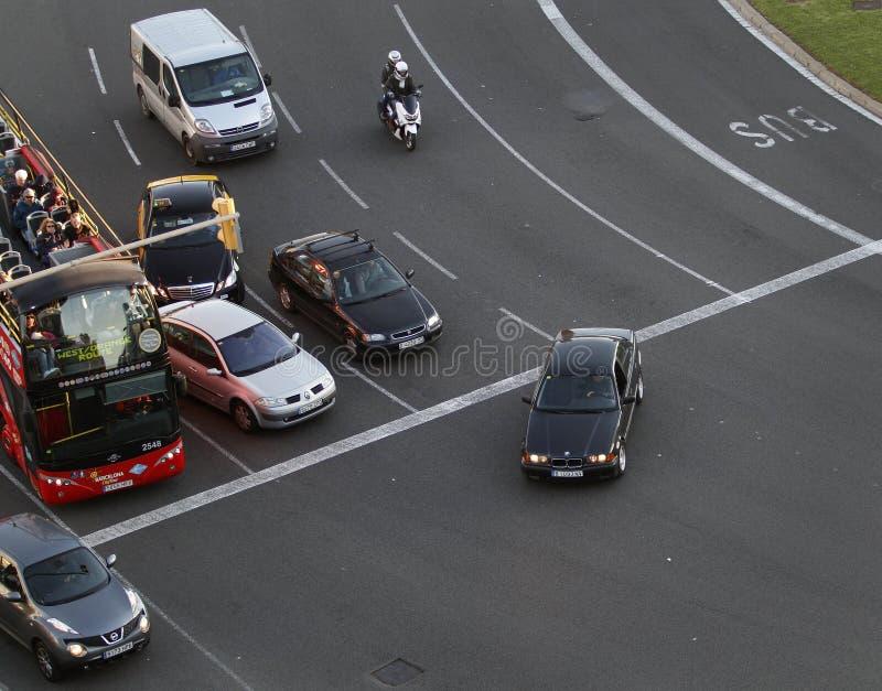 公共交通工具和一些辆汽车在交通期间在巴塞罗那调控了天 免版税图库摄影