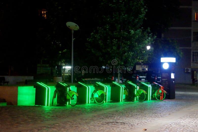 公共交通,租的自行车在市布加勒斯特 免版税图库摄影