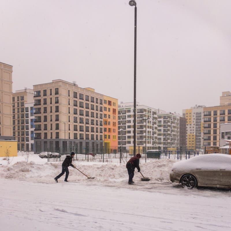 公共工作者从雪清洗路 库存照片